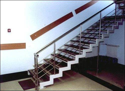 Металлические маршевые лестницы с пилообразными тетивами и гранитными ступенями