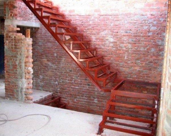 Металлический каркас маршевой лестницы