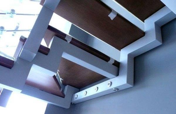 Металлический косоур для лестницы с несколькими маршами