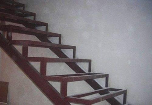 Металлическое основание для лестницы