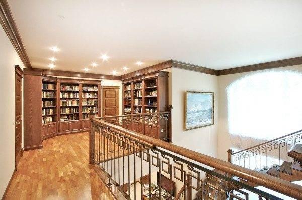 Мини-библиотека на втором этаже
