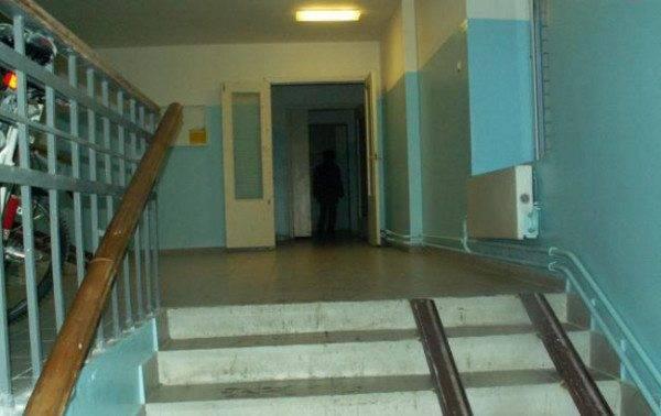 Многие лестницы обустроены полозьями для детских колясок, особенно они актуальны в домах, где нет лифта