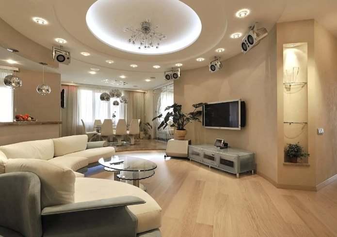 Много светильников в гостиной