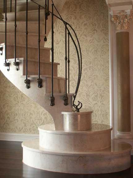 Мраморная лестница с каменными ступенями