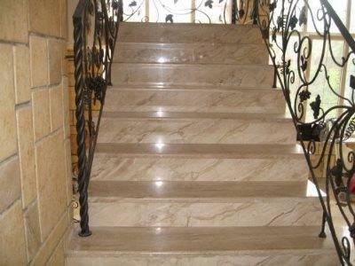Мраморные ступени в сочетании с металлическими деталями
