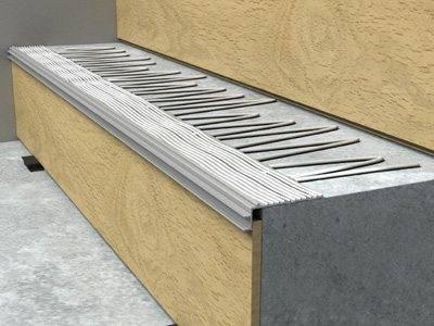 На бетонную поверхность наносится клей для фиксации ламината