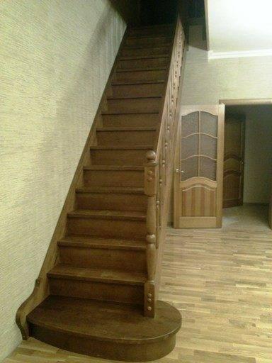 На фото - деревянная лестница с одним маршем