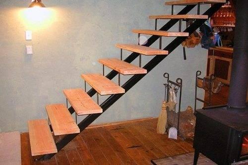 На фото - элементарная конструкция с деревянными ступенями