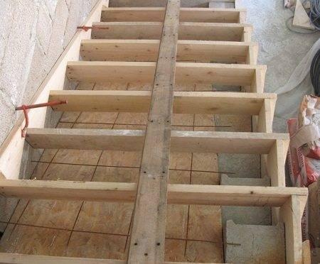 На фото - готовая опалубка для заливки бетонной лестницы.