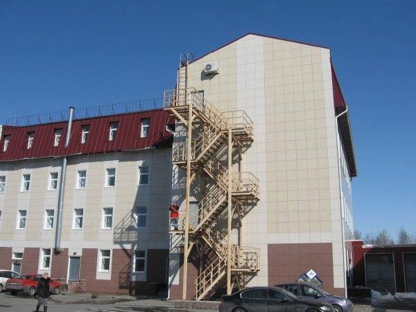 На фото - наружная пожарная лестница. Материал - сталь.