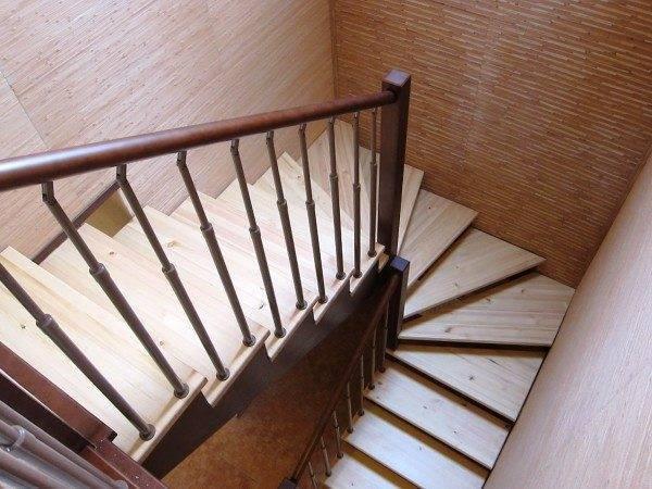 На фото - обычная П-образная лестница с использование забежных элементов