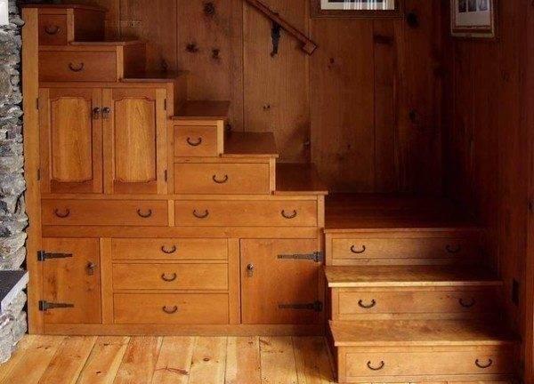 На фото - один из вариантов исполнения лестницы-комода.