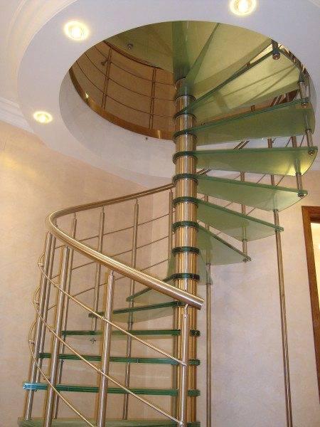 На фото - перила винтовой лестницы