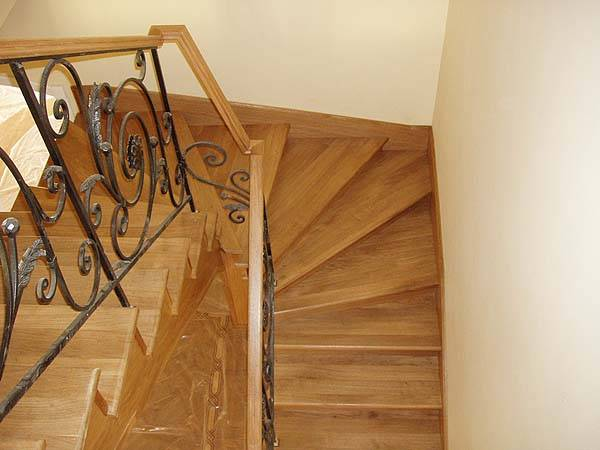 На фото - забежная лестница с заворотом на 180 градусов