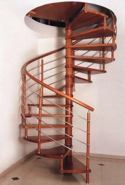 На фото – деревянная винтовая лестница