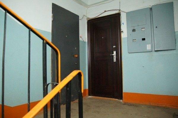 На фото – электрощиток, находящийся в свободном доступе для представителей ЖКХ и других организаций