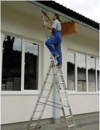 На фото – использование трехсекционной бытовой лестницы.