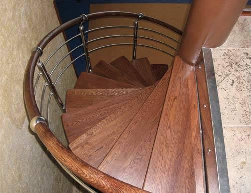 На фото – колонна представлена в виде круглого столба, зафиксированного на полу первого этажа и на потолке второго