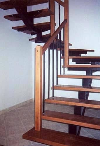 На фото – металлическая лестница обшитая деревом