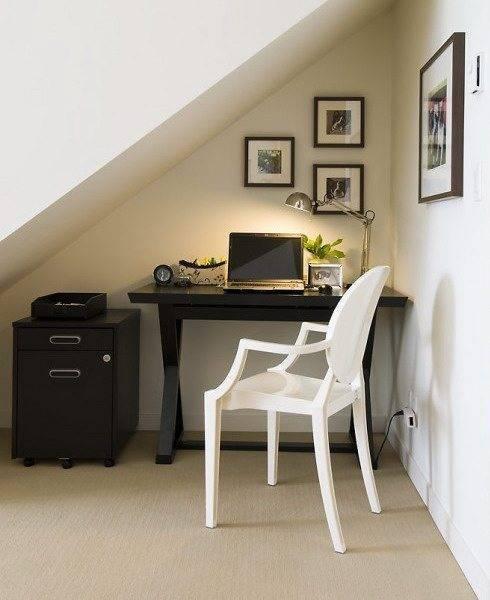 На фото – мини-комната под лестницей.
