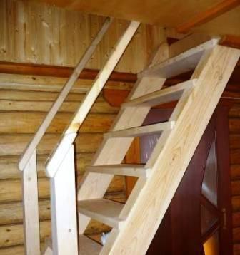 На фото – один из самых простых вариантов для дома, изготовленный из обычных пиломатериалов, приобретенных в строительном магазине