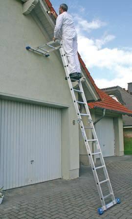 На фото – один из вариантов использования шарнирной лестницы.
