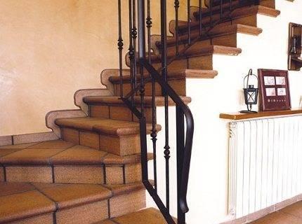 На фото – отделка лестницы плиткой.