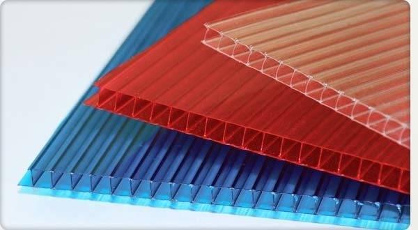 На фото – сотовый поликарбонат для изготовления навеса крыльца