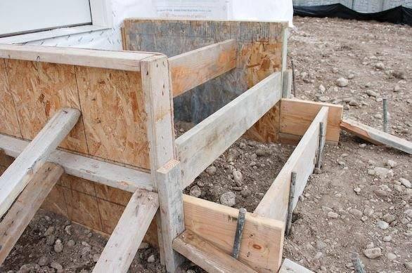 На фото – устанавливаем деревянную опалубку