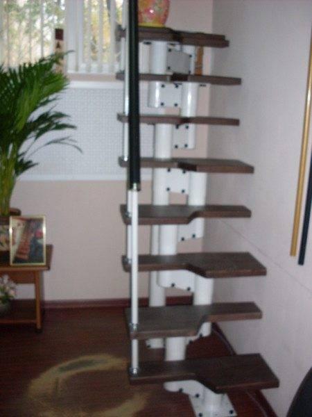На фото – утиный шаг из металла с деревянными ступенями.