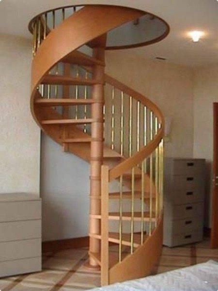 На фото – винтовая лестница из дерева.