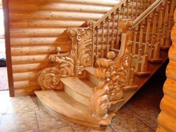 На фото – ясеневая лестница украшенная резьбой