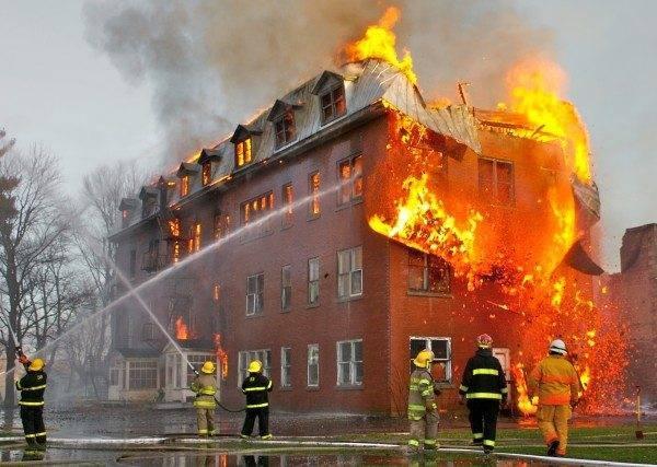 На фото хорошо видно, что все пути вниз внутри здания отрезаны огнем. Единственный маршрут для эвакуации - наружная маршевая пожарная лестница.
