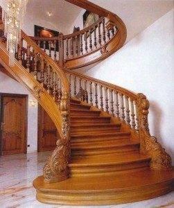 На фото – интерьеры лестничных маршей из дерева.