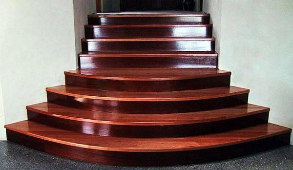 На фото изображена маршевая конструкция из красного дерева.
