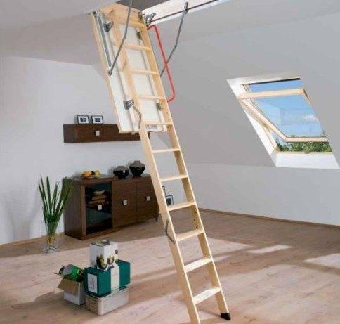 На фото лестница из дерева складная в готовом виде.