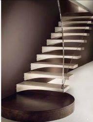 На фото лестница на больцах от итальянских производителей.