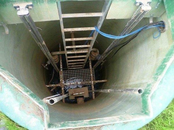 На фото лестница в коммуникационный колодец
