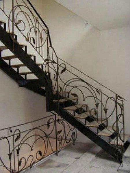 На фото металлическая лестница в оригинальном исполнении