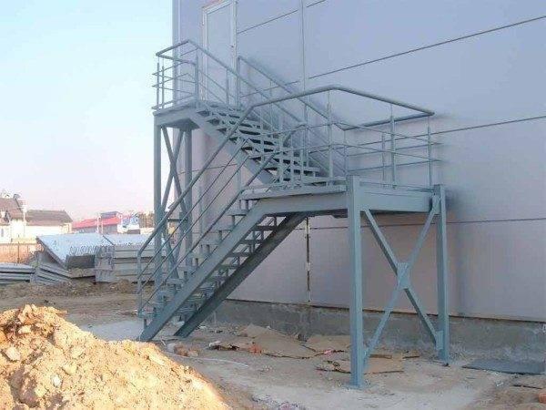На фото пожарная лестница III типа