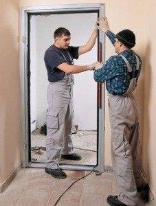 На фото – профессиональная установка дверей.