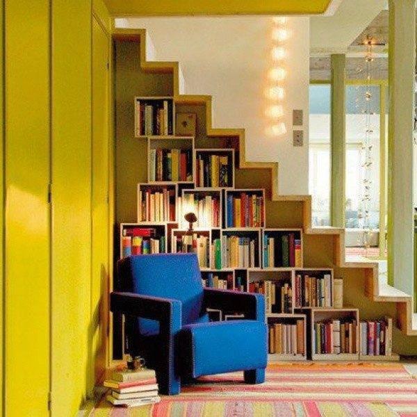 Небольшая библиотека с местом для чтения