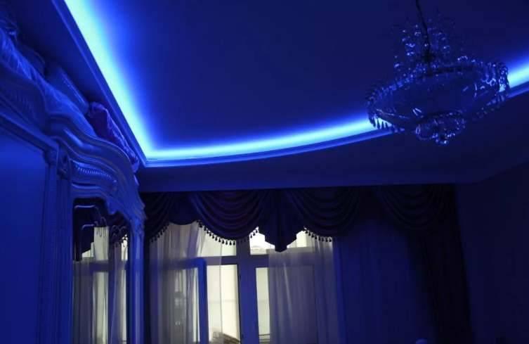 Неоновая подсветка на потолке