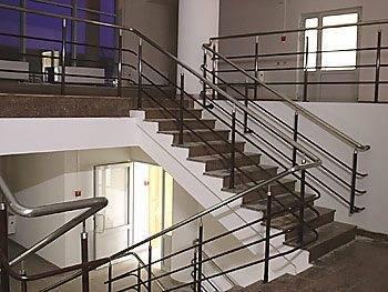 Нержавейка встречается практически везде – чаще всего она используется в офисных и административных зданиях