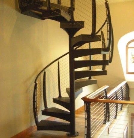 Несмотря на сравнительно большое расстояние между балясинами, лестница на фото вполне безопасна для любопытного ребенка.