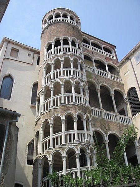 Незадымляемая лестница Н1, выполненная в оригинальном стиле.
