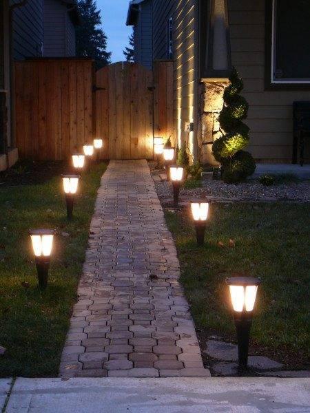 Низкие лампы можно разместить по бокам подъема