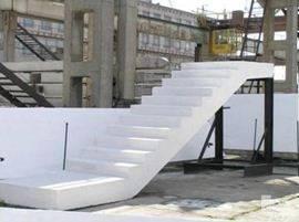 Ну, кто сказал, что ЖБИ лестница – грубая, тяжеловесная конструкция. Вот такой, идеально белый вид, имеют православные храмы на Ближнем Востоке – Сирии, Израиле, Египте