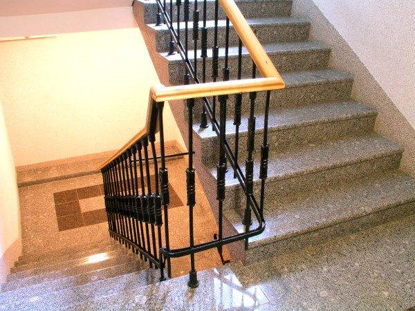 Обычная маршевая лестница из камня