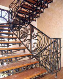 Очень красивая кованная лестница с деревянными ступенями